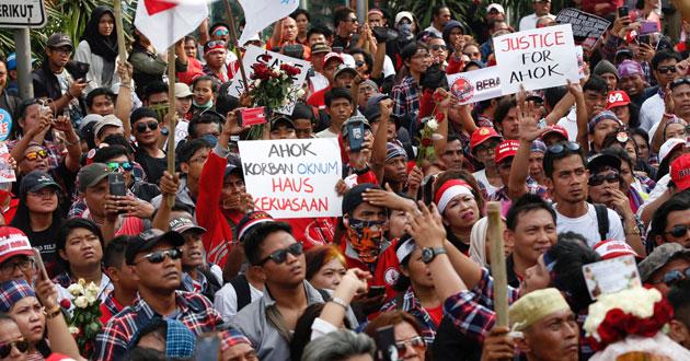 Supporters of Jakarta Governor Basuki Tjahaja Purnama