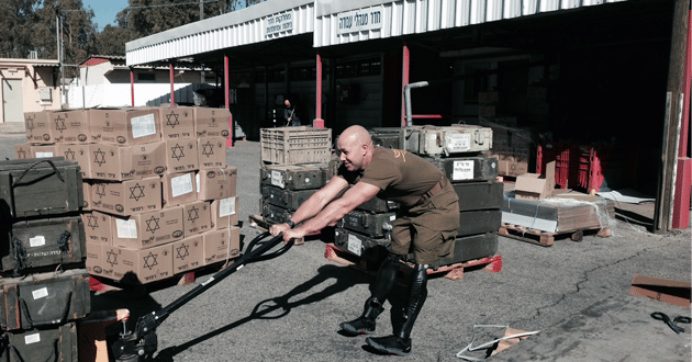 Photo of After losing his legs, U.S. veteran gets 'hands dirty' to support Israel