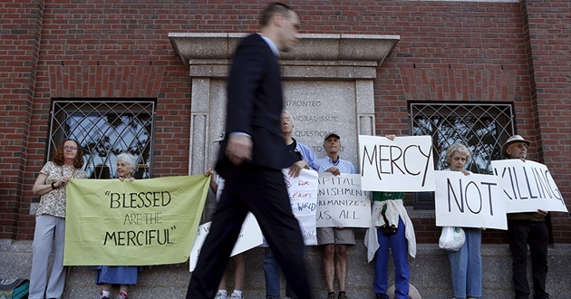 Photo of Boston bomber prayerfully apologizes to victims; judge orders death penalty