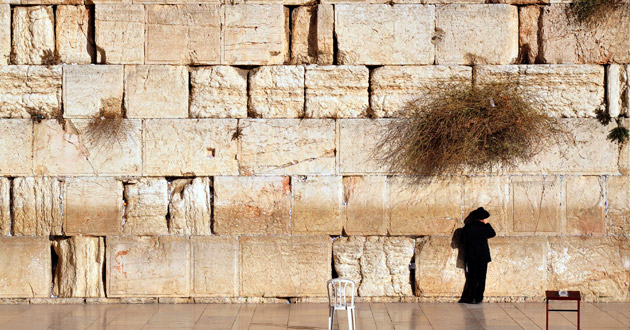 Photo of Israel's High Court orders Western Wall rabbi to explain why women can't pray