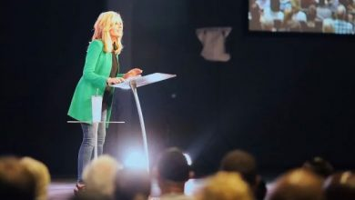 Photo of Beth Moore's ministry reignites debate over whether women can preach